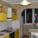 Дополнительное место для холодильника на кухне с балконом
