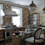 Древесная тематика оформления стен поддержана материалом для мебели и кухонного острова