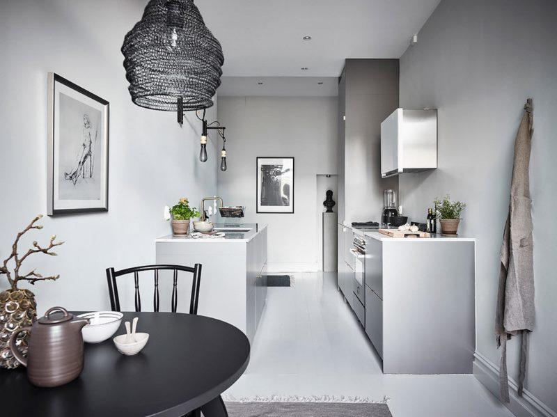 Серый интерьер кухни с двухрядной планировкой