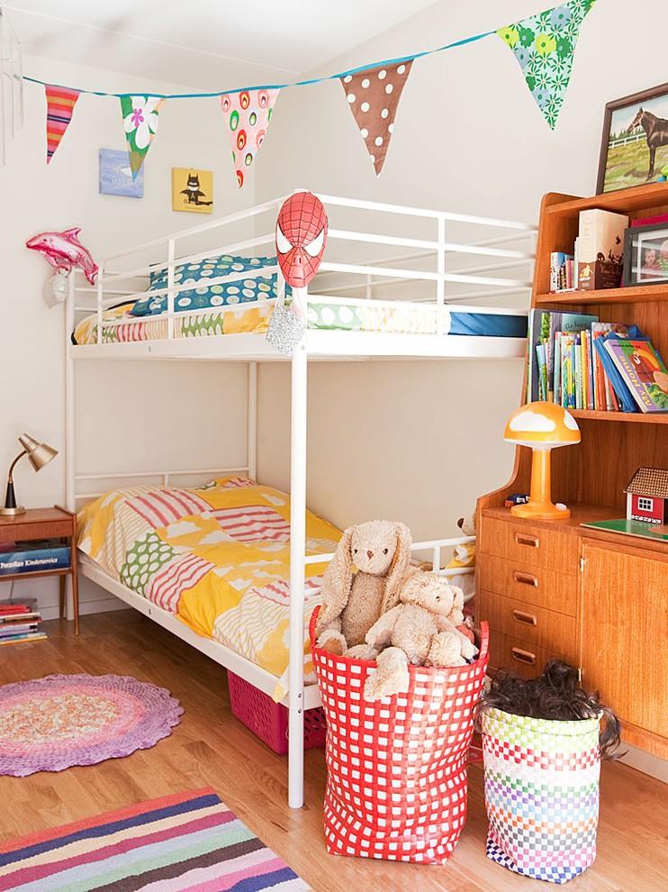 Белая двухъярусная кровать в светлой детской