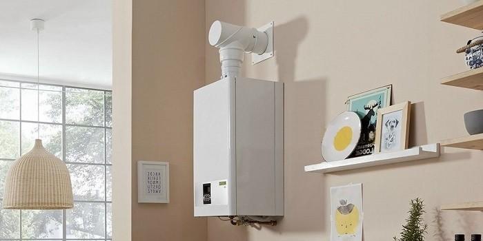 Открытые полки на стене кухни с газовой колонкой