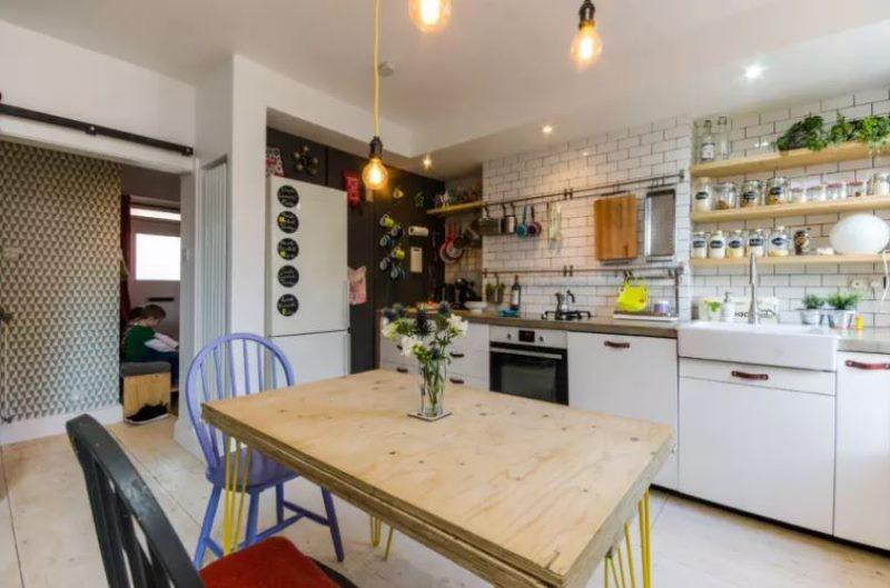 Интерьер эклектичной кухни без навесных шкафов