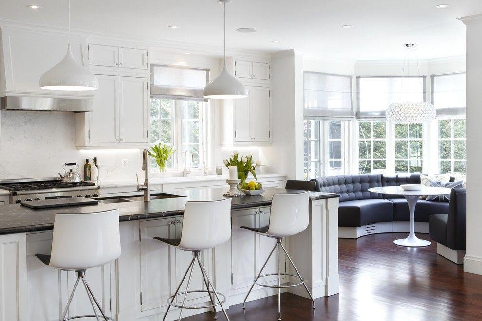 Кухня с полуостровом и эркером в загородном доме