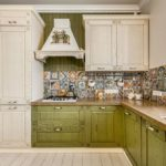 Фартук из плитки с необычным рисунком для бело-зеленой кухни
