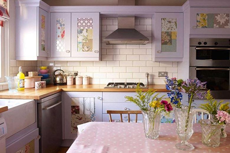 Кухонная мебель с фасадами фиолетового окраса