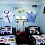Декорирование футболками стены детской комнаты