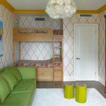 Зеленый диван и белая дверь