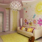 Фотообои с крупными цветами на стене детской
