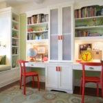 Красные стулья в комнате двоих детей