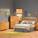 Серые стены в комнате с деревянной мебелью