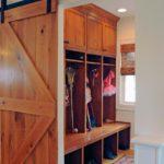 Сдвижная дверь в гардеробную из коридора частного дома