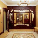 Шкав с зеркальными дверцами в коридоре квартиру многоэтажного дома