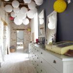 Оригинальные светильники в форме шаров в узком коридоре