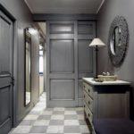Интерьер коридора в серых тонах