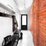 Красный кирпич в дизайне вытянутого коридора