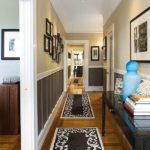 Черно-белые коврики в коридоре частного дома