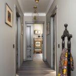 Интерьер узкого коридора в пастельных тонах