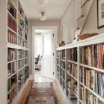 Книжные стеллажи в вытянутом коридоре