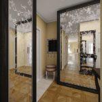 Большие зеркала в интерьере коридора