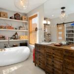 Кирпичная стена в ванной индустриального стиля