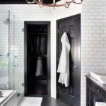 Белый халат на черной двери