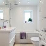 Зеркальный шкаф в белой ванной