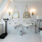 Симметричное оформлении ванной комнаты для двоих жильцов