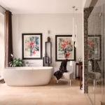 Картины на стене просторной ванной