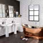 Медная ванна на деревянном полу