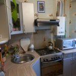 Угловая мойка в маленькой кухне