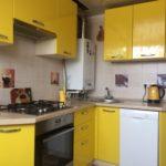 Желтая кухня в многоквартирном доме