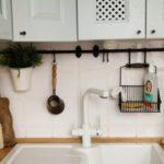 Хранение кухонных принадлежностей над мойкой