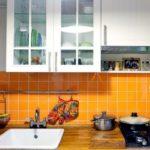 Оранжевый фартук из кафеля в кухне панельного дома