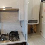 Белый шкаф для встроенного размещения газового оборудования