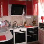 Микроволновая печь на кухонном подоконнике