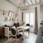 Кухня загородного дома с элементами классического стиля