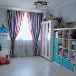 Полосатые шторы на окне детской комнаты