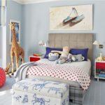 Игрушка жирафа в детской комнате