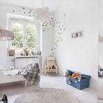 Бабочки на стене детской спальни