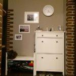Часы на стене прихожей в квартире