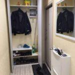 Удобный шкаф с дверцами в интерьере коридора