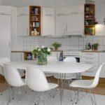 Обеденный стол с закругленными углами в белой кухне