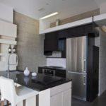 Столешница из черного мрамора в светлой кухне