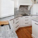 Кухонный гарнитур со столешницей из искусственного камня