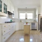 Тумба посередине кухни с керамическим полом
