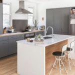 Серая мебель в дизайне кухни