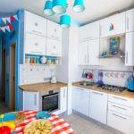 Голубые плафоны светильников на кухне в морском стиле