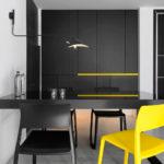 Желтый стул в качестве акцента интерьера кухни