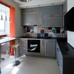 Серые тона на кухне городской квартиры