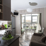 Серый диван на кухне с балконом